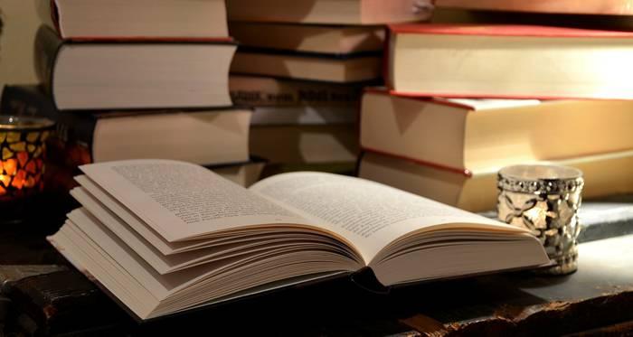 Escritorio aborratado de libros