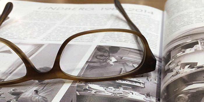 Gafas sobre una revista