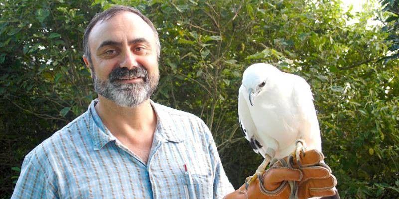 Josep sosteniendo un halcón blanco