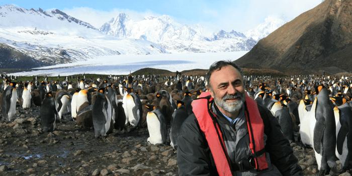Josep del Hoyo posando con pingüinos