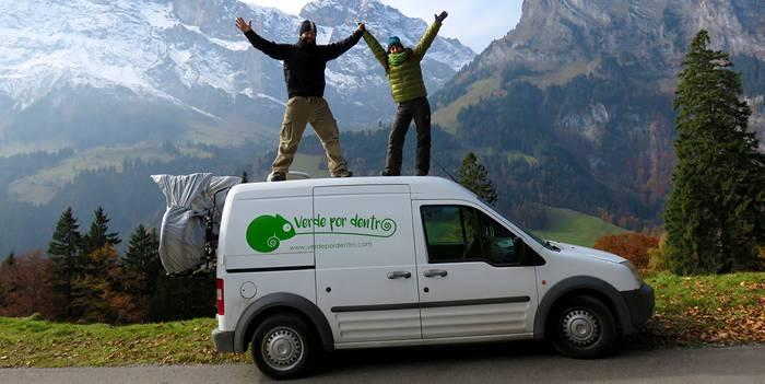 Los protagonistas de verde por dentro sobre la furgoneta que les ha llevado en sus viajes